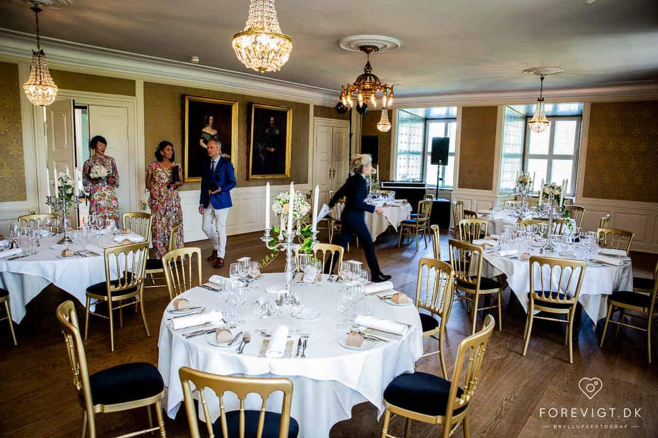 Brudehår og brudemakeup ved bryllup på Sjælland
