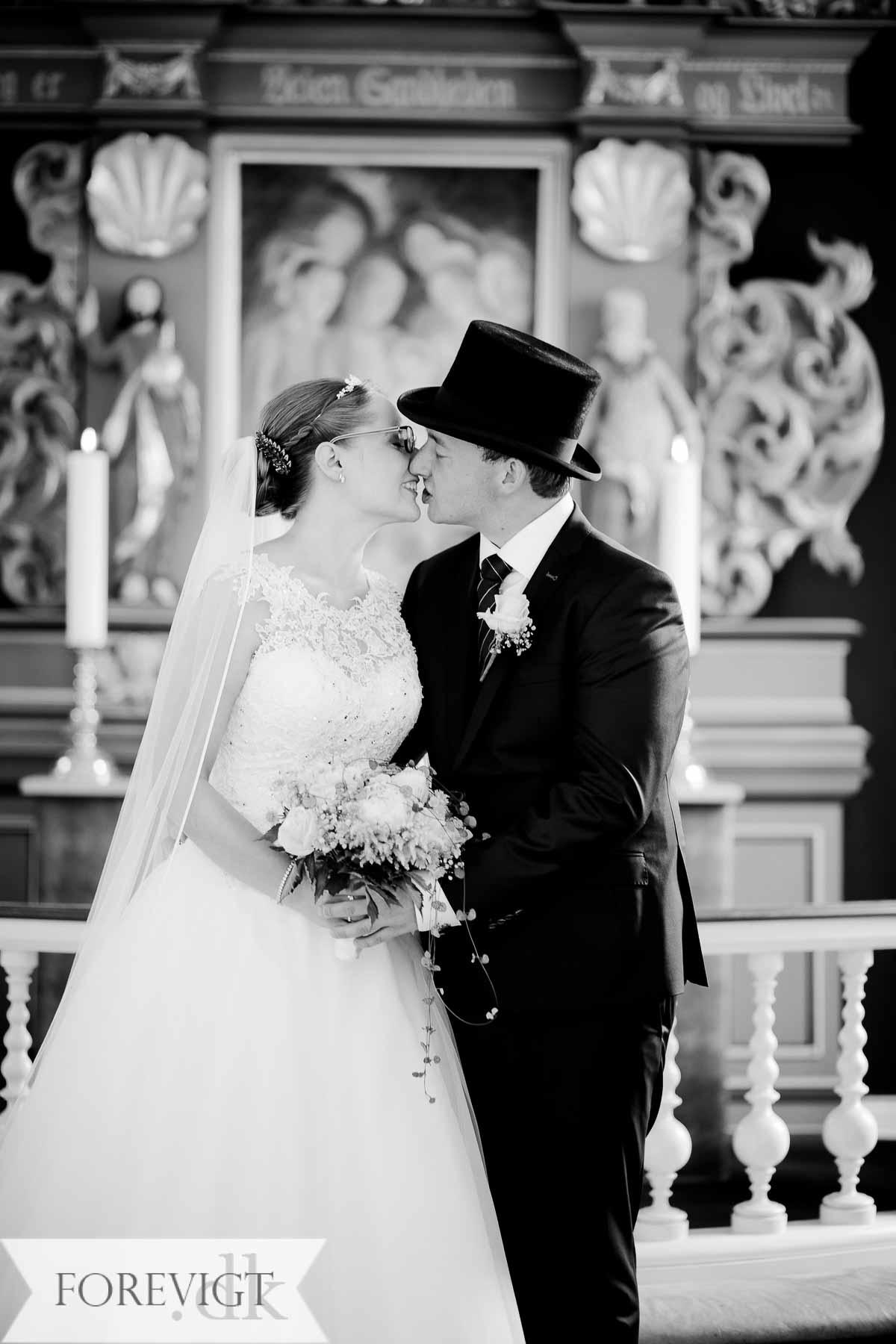 brudepar inde i Erritsø kirke