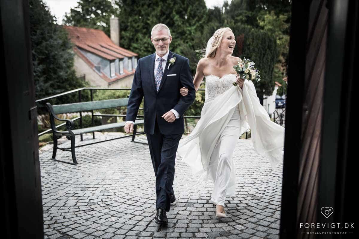 bruden ankommer til herfølge kirke