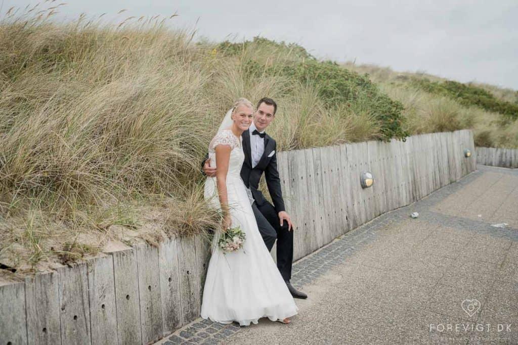 På en blæsende sommerdag, sagde brudeparret ja til hinanden i Den Svenske Sømandskirke i Skagen