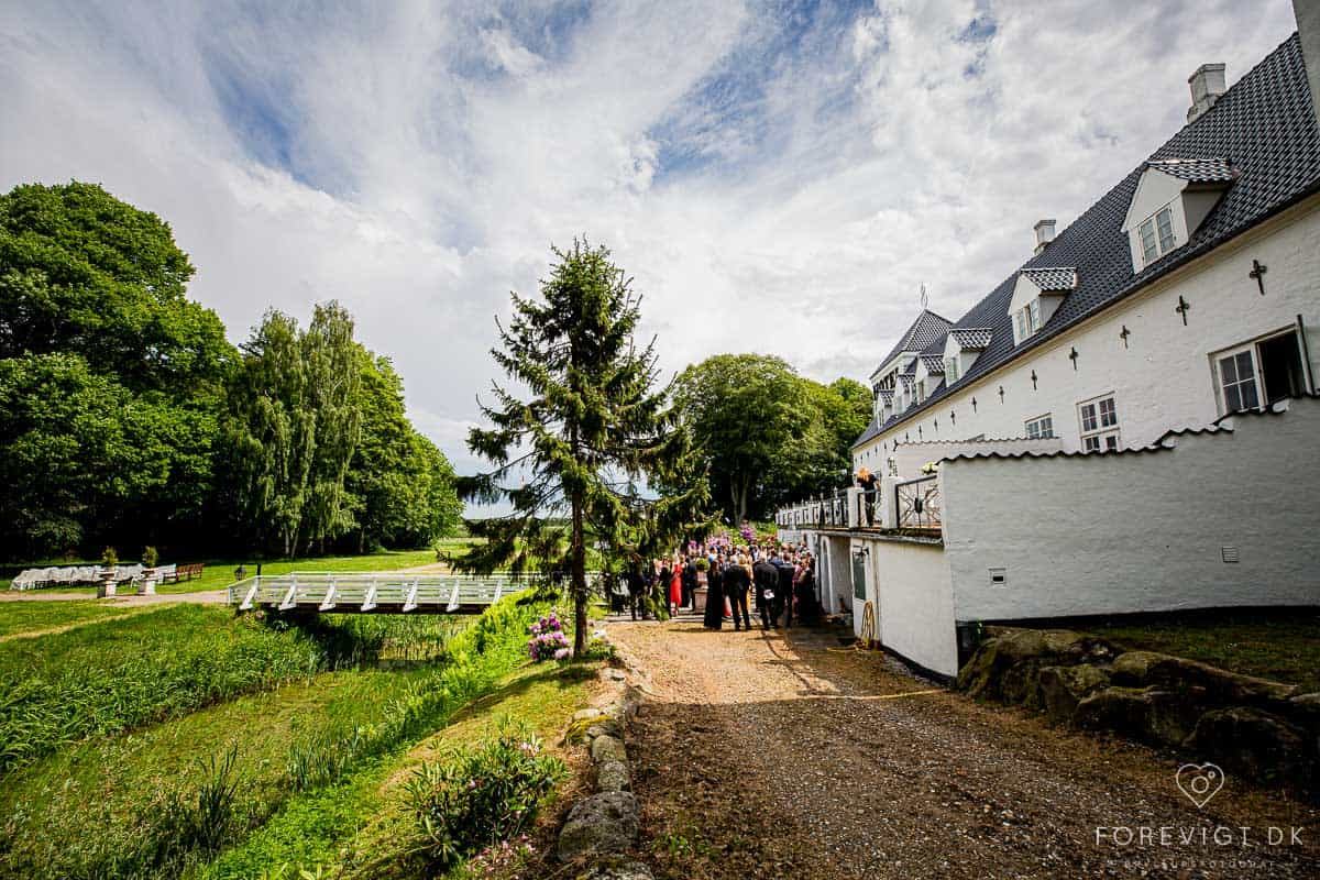 Vrå Slotshotel ligger i naturskjønne omgivelser, like nord for Aalborg. Det er kun et kvarters kjøretur til en av landets beste strender ved Blokhus.