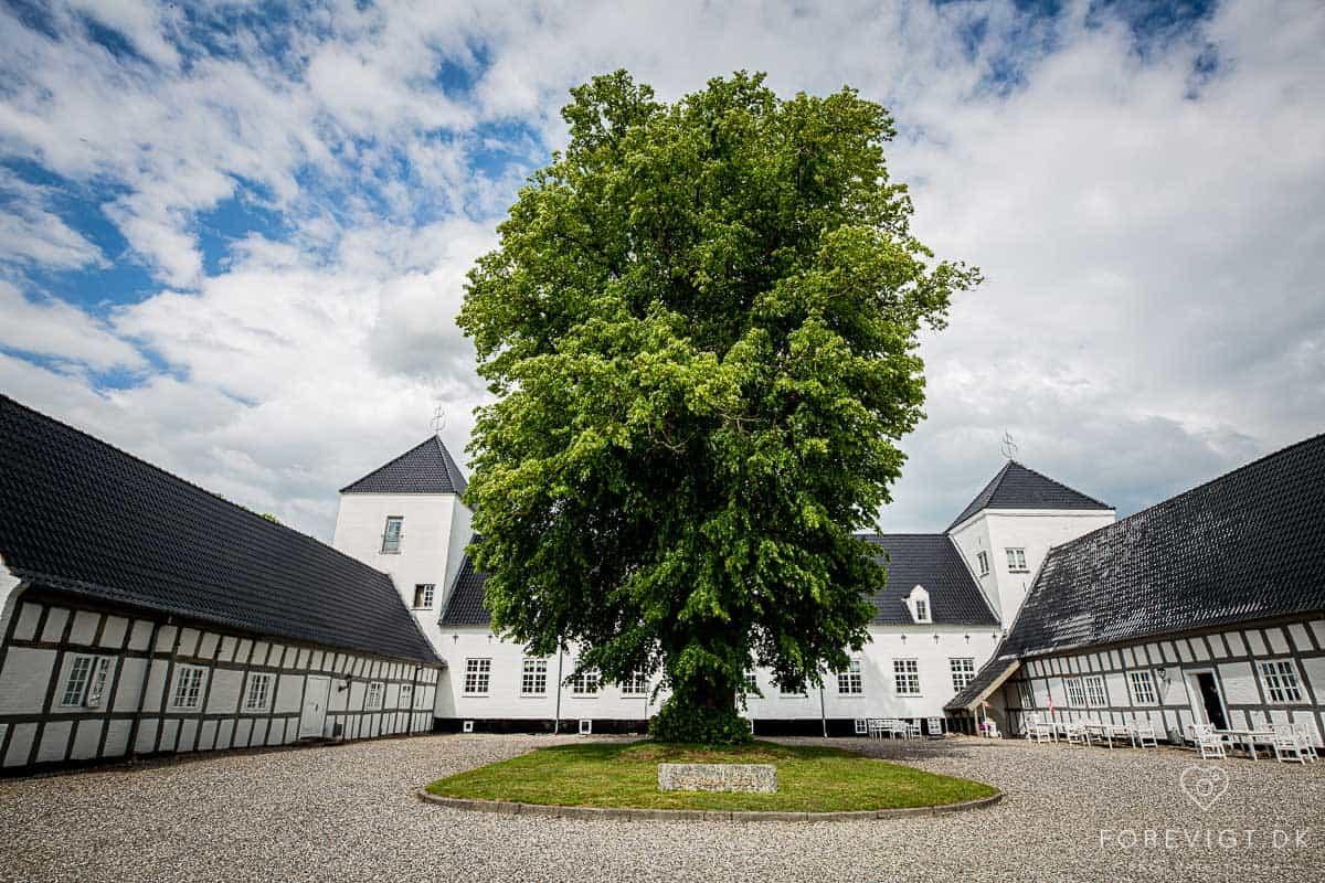 Vrå Slotshotel ble oppført i 1645 og har således mye historie i veggene. Alle de 44 rommene har himmelsenger og utsikt til parken.