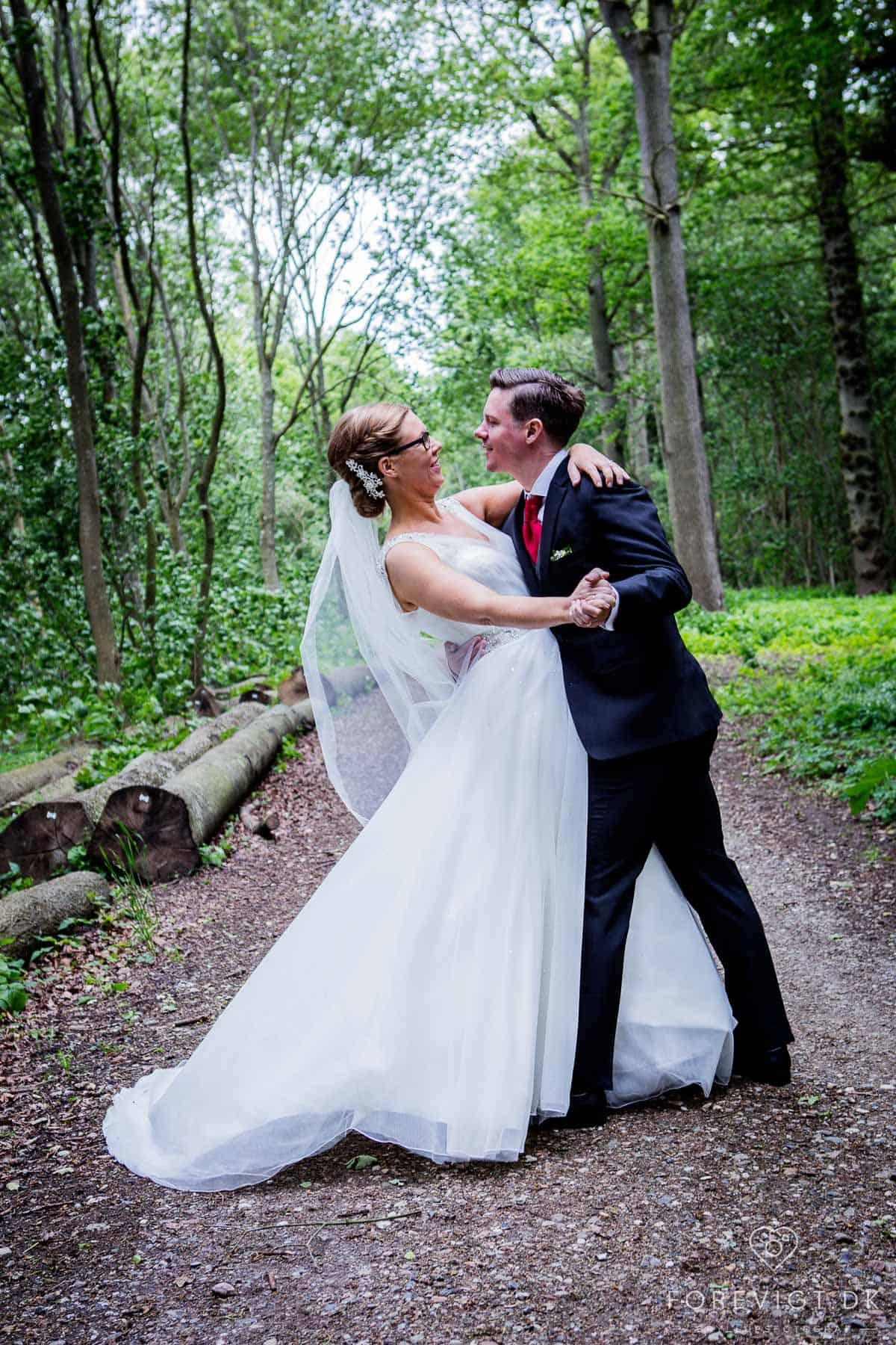 Bryllupsfotografering med fokus på høj kvalitet og lav pris.