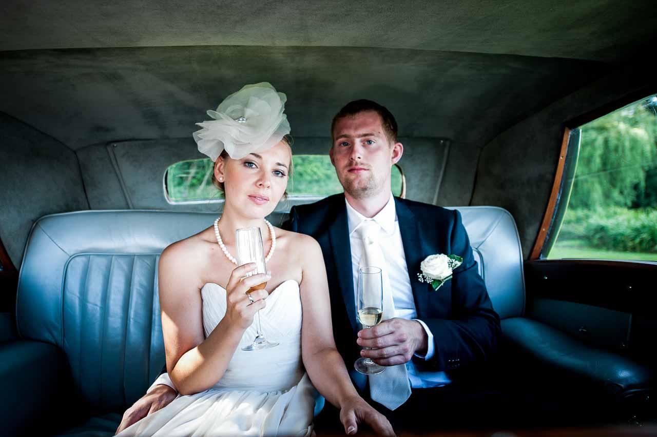 brudeparret på vej til bryllupsfest
