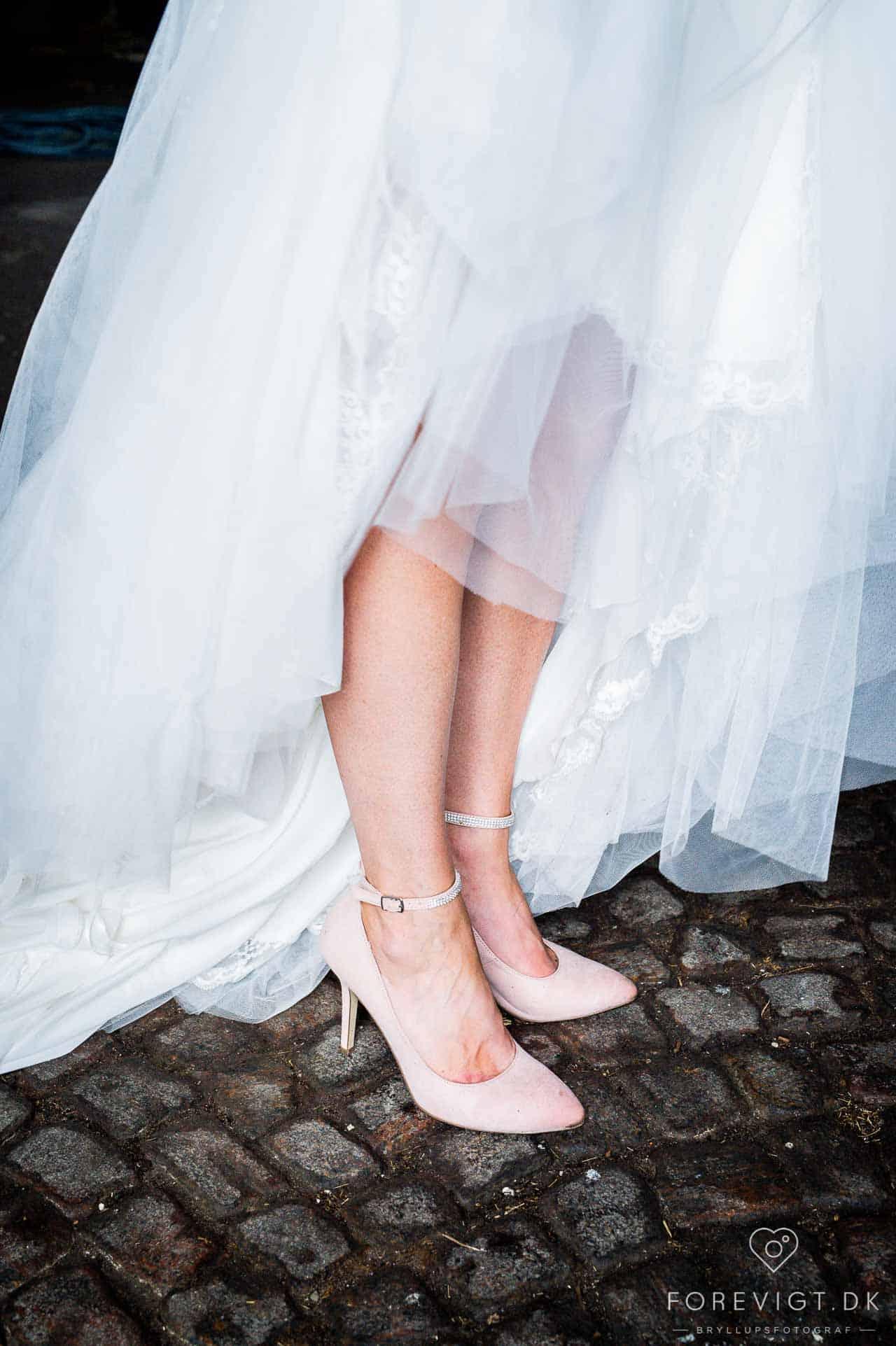 blanding af opstillede bryllupsportrætter men også en række mere naturlige bryllupsbilleder