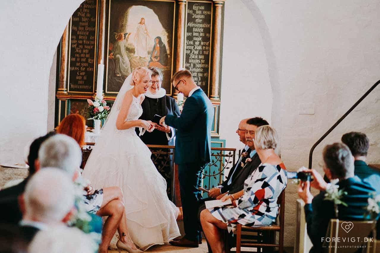 bruden og gommen ved alteret