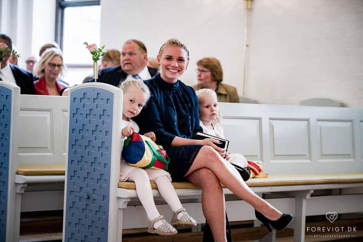 bryllupsgæster i Mølholm Kirke