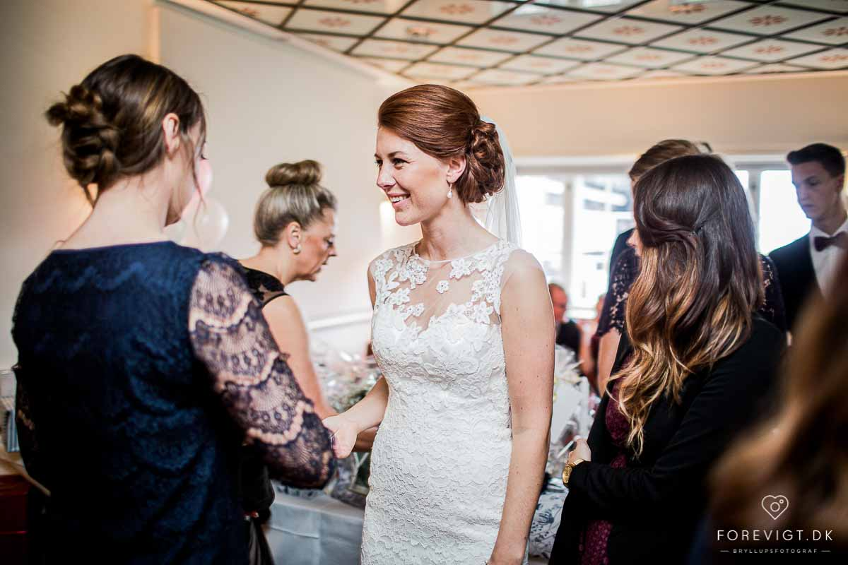 Vi tilbyder klassisk bryllupsfotografering – lige fra kirken til brudevalsen