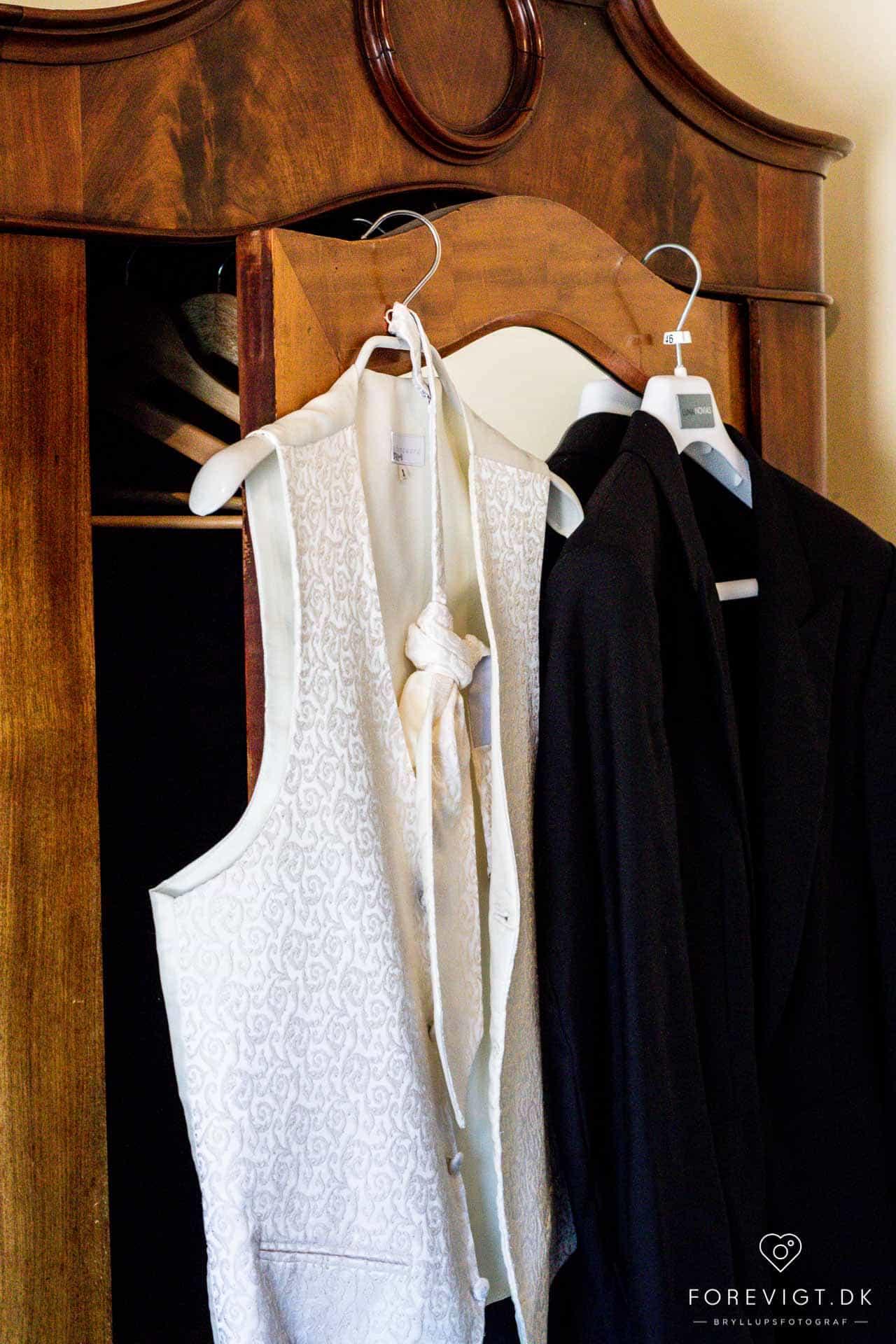 Gommens tøj og brudens kjole
